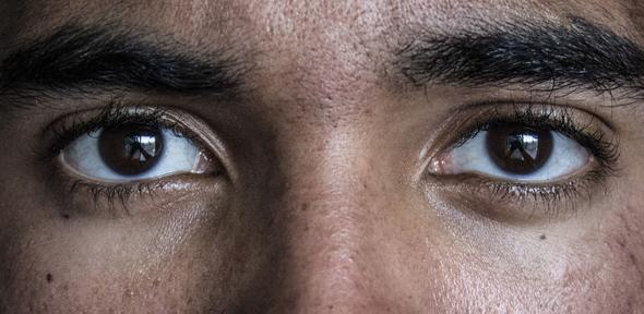 Afla acest truc al ochilor si citeste in spatele lor